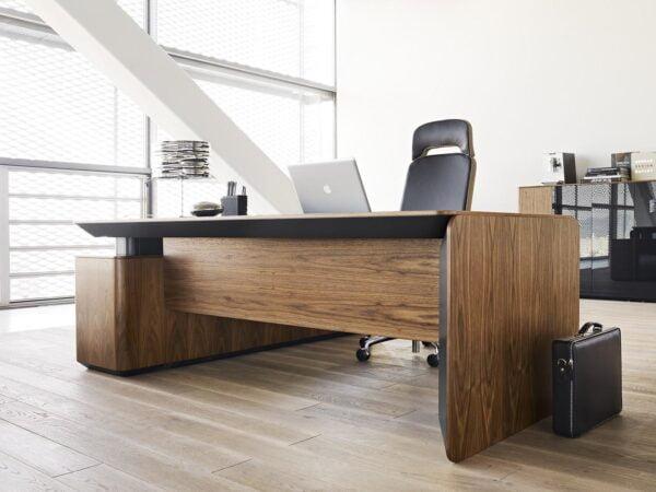 manažérsky stôl eRange umiestnený v interiéri kancelárie