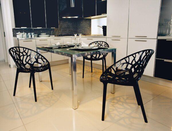 Exteriérová stolička SI-CRYSTAL v čiernej farbe v kuchyni