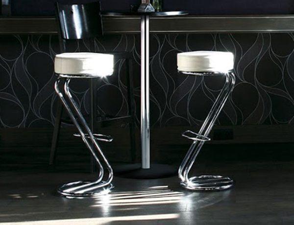 Barová stolička NS-Zeta v béžovej farbe, dvoch kusoch, umiestnené pri stole.