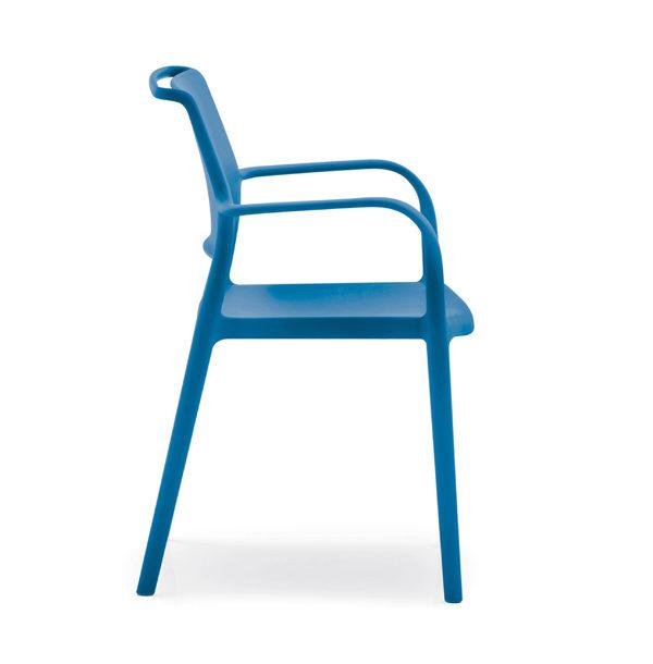 Exteriérová stolička PE-Ara 315 v modrej farbe otočená zboku