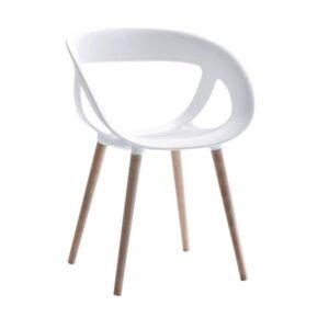 Stolička GB-Moema s drevenými nohami.
