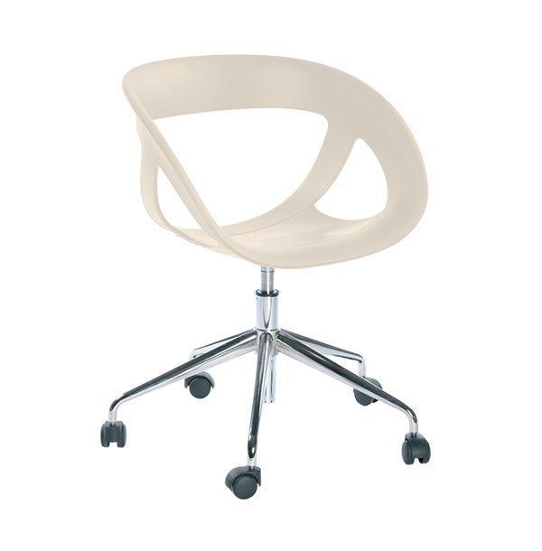 Stolička GB-Moema s chrómovou podnožou na kolieskach.