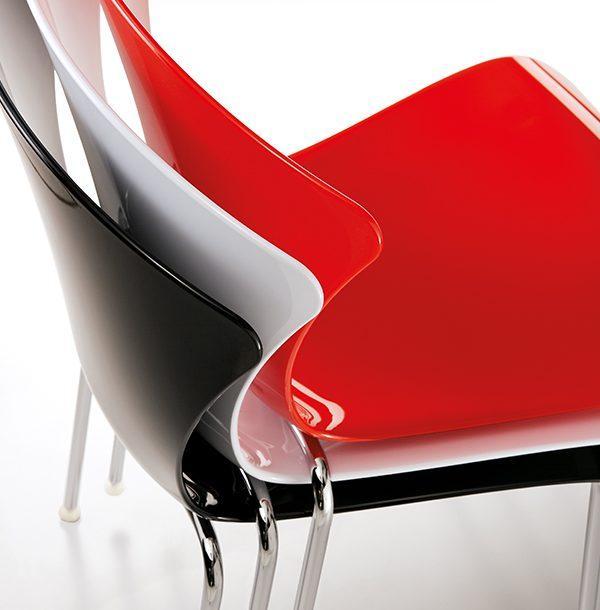 Ukážka stohovanie OMP-Glossy na seba. Stoličky v červenej, bielej a čiernej farbe.