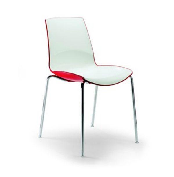 Pohodlná stolička OMP-Now s bielom sedacou časťou spredu a červenou zozadu. Má chrómové nohy, je otočená spredu.
