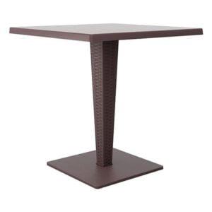 Ratanový stôl SI-Riva v hnedej farbe s kovovou podnožou a štvorcovou stolovou doskou.