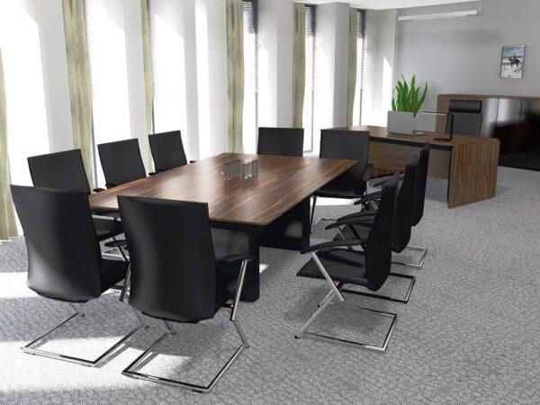 Rokovací stôl Ns-eRange s rokovacími stoličkami umiestnený v rokovacej miestnosti.