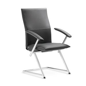 Rokovacia stolička Ns-Tiger up v čiernej farbe s prešívaním na operadle otočená spredu